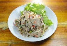 La tranche épicée a bouilli la salade de foie de porc avec l'herbe du plat Images stock