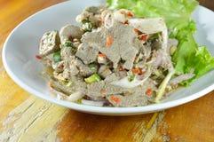 La tranche épicée a bouilli la salade de foie de porc avec l'herbe du plat Images libres de droits
