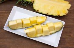 La tranche d'ananas a coupé sur le bois d'en haut Photos libres de droits