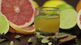 La tranche de chaux tombe dans une tasse en verre avec un cocktail alcoolique clips vidéos