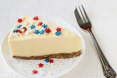 La tranche de gâteau au fromage simple de New York du plat blanc a servi au cel Images libres de droits