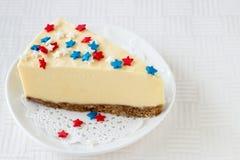 La tranche de gâteau au fromage simple de New York du plat blanc a servi au cel Image libre de droits