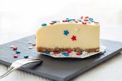La tranche de gâteau au fromage simple de New York sur le panneau d'ardoise a servi au cel Photos stock