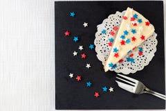 La tranche de gâteau au fromage simple de New York sur le panneau d'ardoise a servi au cel Photographie stock