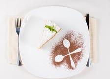 La tranche de tarte complétée avec de la crème a servi au dessert Photo libre de droits