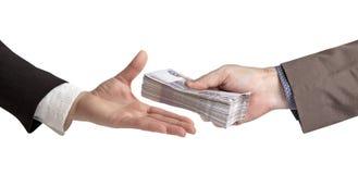 La transferencia del dinero Mano femenina y masculina con una pila de cuentas de papel Imagen de archivo