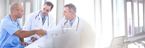 La transition de travail d'équipe avec le médecin praticien soigne les mains de jointure photos libres de droits