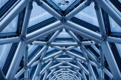 La transizione fra le due costruzioni di metallo convoglia Fotografie Stock