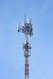 La transmisión se eleva teléfono móvil en el cielo claro Fotos de archivo
