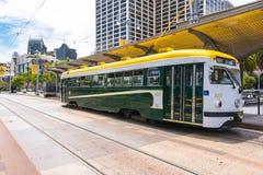 La tranvía amarilla blanca verde en San Francisco Fotos de archivo libres de regalías