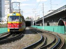 La tranvía de la ciudad sale de un túnel Imagen de archivo