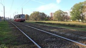 La tranvía eléctrica del transporte de la ciudad se mueve a lo largo de los carriles almacen de metraje de vídeo