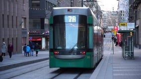 La tranvía monta abajo de la calle en el centro de ciudad almacen de metraje de vídeo