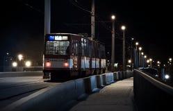 La tranvía pasada monta en una noche del invierno Imágenes de archivo libres de regalías