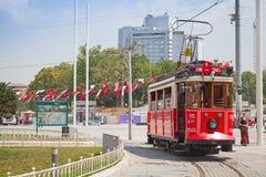 La tranvía roja del vintage va en el cuadrado de Taksim Imagenes de archivo