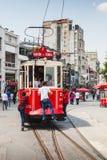 La tranvía roja del vintage va en el cuadrado de Taksim en Estambul Imagen de archivo