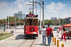 La tranvía roja del vintage va en el cuadrado de Taksim en Estambul Imagen de archivo libre de regalías