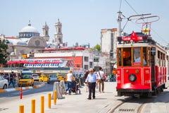 La tranvía roja del vintage va en el cuadrado de Taksim en Estambul Fotografía de archivo libre de regalías
