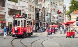 La tranvía roja del vintage va en la calle de Istiklal en Estambul Fotos de archivo