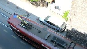 La tranvía roja se mueve a lo largo de las calles de Sarajevo almacen de metraje de vídeo
