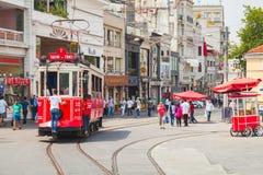 La tranvía roja va en la calle de Istiklal en Estambul Foto de archivo libre de regalías