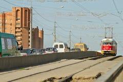 La tranvía rojo-amarilla vieja en la República Checa sirve la ruta de la ciudad Foto de archivo