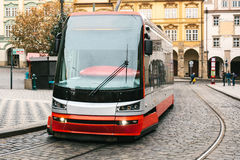 La tranvía se mueve alrededor de la ciudad en Europa Estilo de la vida urbano Vida cotidiana en Europa Imágenes de archivo libres de regalías