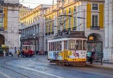 La tranvía vieja en el Praca hace Comercio en Lisboa Fotos de archivo
