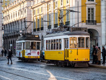 La tranvía vieja en el Praca hace Comercio en Lisboa Imagenes de archivo