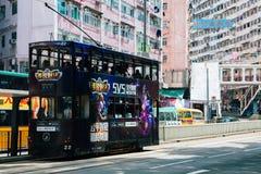 La tranvía y los edificios viejos en mina aúllan, Hong Kong fotos de archivo
