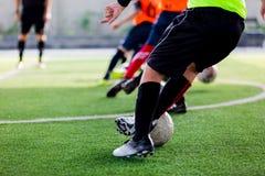 La trappola della squadra di calcio del bambino e controlla il pallone da calcio con velocità funzionato fotografie stock libere da diritti