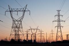 La trasmissione elettrica torreggia su (piloni di elettricità Immagini Stock Libere da Diritti