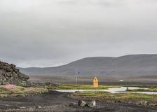 La traversée de la rivière signent dedans des montagnes de l'Islande, l'Europe photographie stock