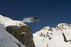 La traversa di salto dello sciatore capovolge fuori la scogliera Immagini Stock Libere da Diritti