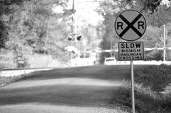La travesía de ferrocarril áspera lenta firma adentro blanco y negro Imágenes de archivo libres de regalías