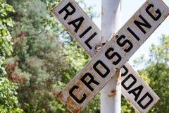 La travesía de ferrocarril firma adentro un parque Fotos de archivo