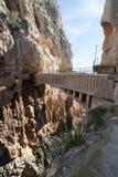 La travesía del puente en el EL Caminito Del Rey Imágenes de archivo libres de regalías
