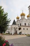 La trayectoria a la catedral en el monasterio de Ipatievsky, Kostroma, Rusia Imagenes de archivo