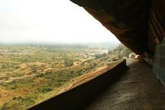 La trayectoria de camas de piedra jain del complejo sittanavasal del templo de la cueva Foto de archivo