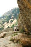 La trayectoria de camas de piedra jain del complejo sittanavasal del templo de la cueva Fotografía de archivo