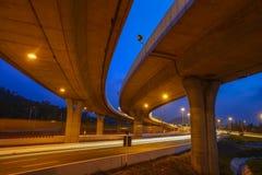 La trayectoria de la intersección del camino en la noche Imagen de archivo libre de regalías