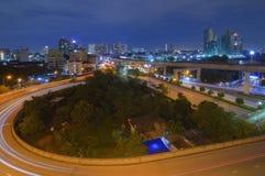 La trayectoria de la intersección del camino en la noche Fotografía de archivo libre de regalías