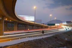 La trayectoria de la intersección del camino en la noche Foto de archivo libre de regalías