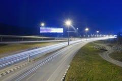 La trayectoria de la intersección del camino en la noche fotografía de archivo