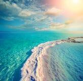 La trayectoria de la sal en el mar muerto imagen de archivo