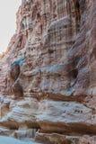 La trayectoria del siq en la ciudad nabatean de petra Jordania Fotos de archivo