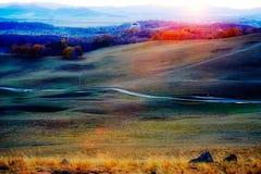 La trayectoria en la puesta del sol del prado Imagenes de archivo