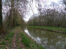 La trayectoria a lo largo del canal/del principio de la primavera imagen de archivo