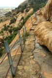 La trayectoria peligrosa de la colina con la cerca en el complejo sittanavasal del templo de la cueva Fotografía de archivo libre de regalías