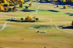 La trayectoria y el yurt de Mongolia en la pradera Fotos de archivo